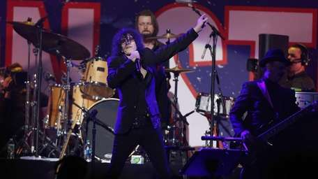 Peter Wolf of J. Geils Band performs at