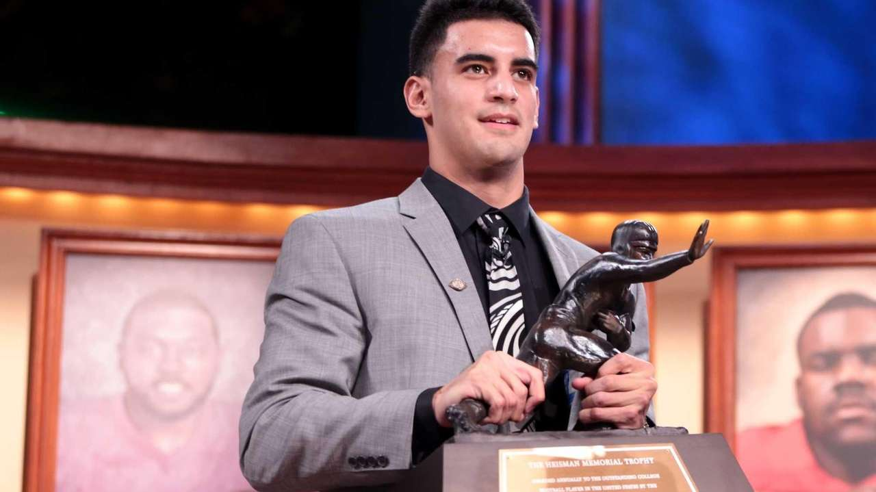Marcus Mariota, quarterback for the Oregon Ducks, hoist