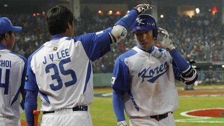 South Korea outfielder Lee Jin-Young, left, congratulates infielder