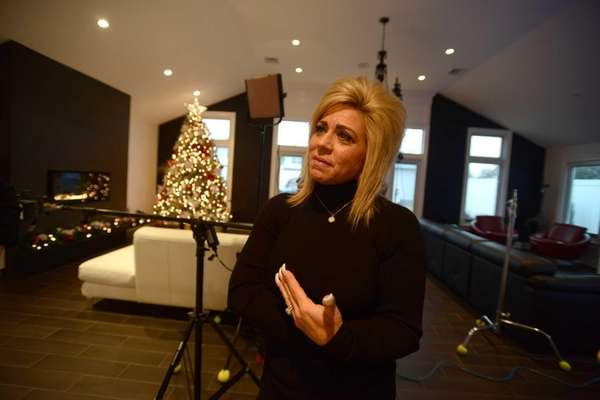Long Island Medium Theresa Caputo At Home In Hicksville