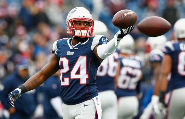 Darrelle Revis of the New England Patriots warms