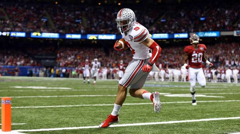 Devin Smith of the Ohio State Buckeyes catches