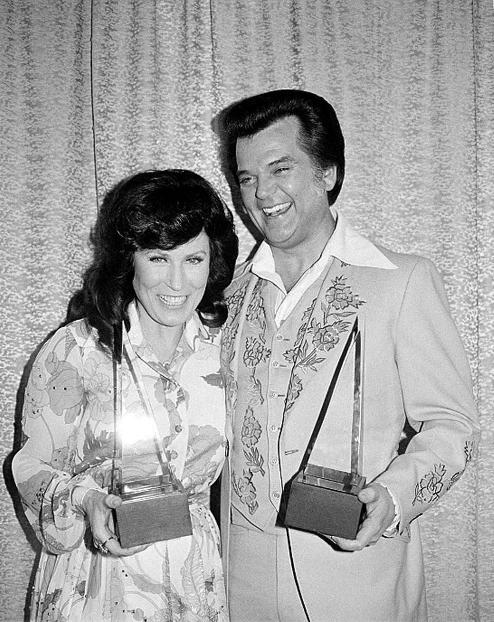 Conway Twitty, with Loretta Lynn holding their trophies