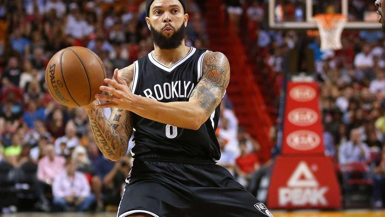 Deron Williams #8 of the Brooklyn Nets passes