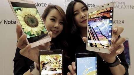 Models pose with Samsung Electronics Co.'s latest Galaxy