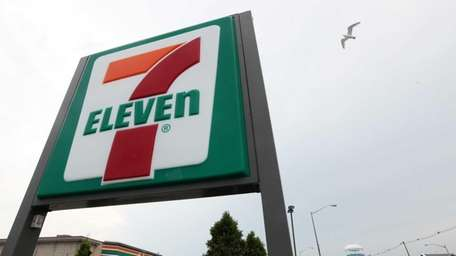 A masked gunman robbed a Hicksville 7-Eleven, taking