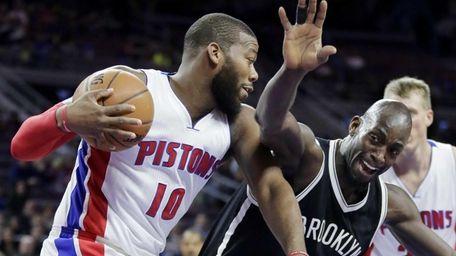 Brooklyn Nets' Kevin Garnett, front right, tries to