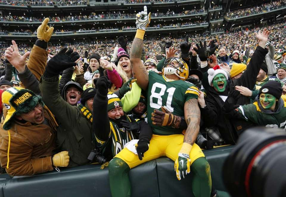 Green Bay Packers tight end Andrew Quarless celebrates