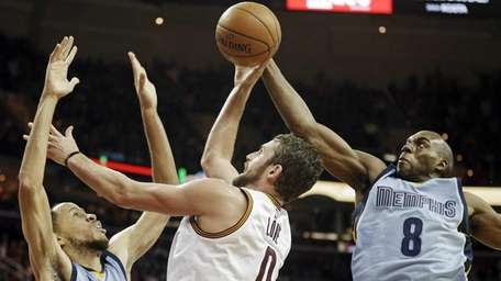 The Memphis Grizzlies' Quincy Pondexter (8) blocks a