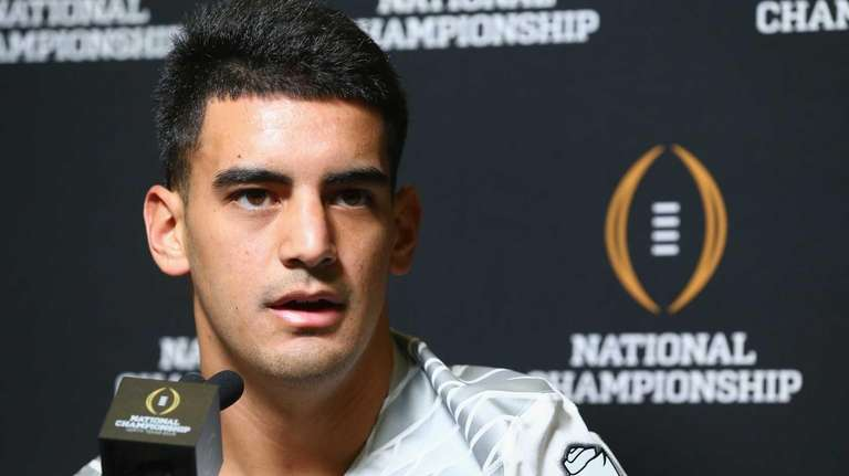 Marcus Mariota #8 of the Oregon Ducks speaks