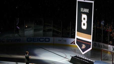 Former Anaheim Ducks star Teemu Selanne stands on