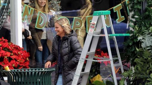 """Amy Poehler walks on the set of """"Sisters"""""""