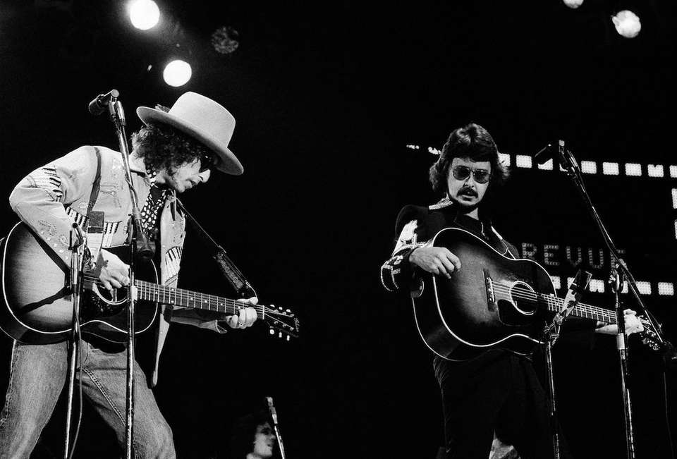 Bob Dylan and the Rolling Thunder Revue perform