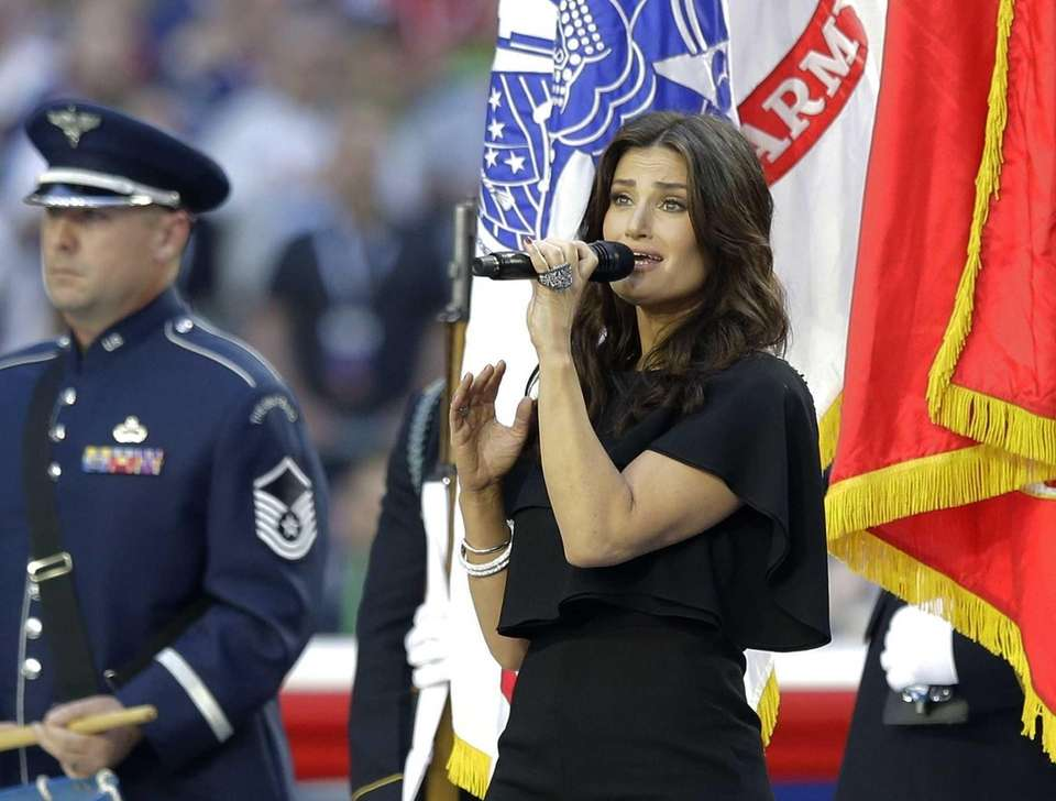 Idina Menzel sings the national anthem before Super