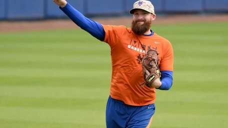 Mets pitcher Bobby Parnell throws the ball during