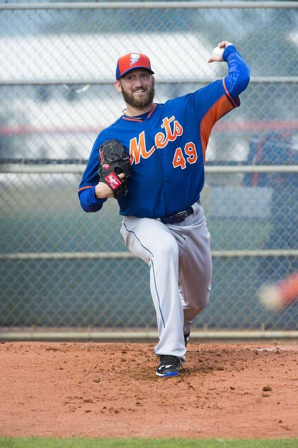 New York Mets pitcher Jon Niese throws a